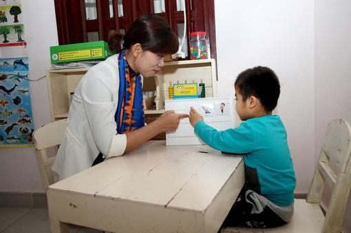 Phát triển kỹ năng giao tiếp xã hội cho trẻ tự kỷ