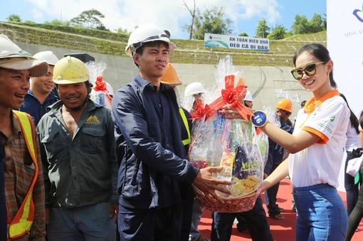 Thí sinh Hoa hậu Hữu nghị ASEAN mang nụ cười đến những công nhân tại Đèo Cả