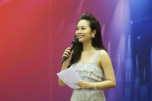 MC Thùy Linh ấn tượng với năng lượng của các bạn trẻ ở Sao mai 2017