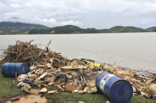 Hồ cấp nước sinh hoạt cho TP Đà Lạt ngập rác
