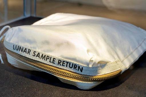Túi đựng bụi Mặt Trăng được bán với giá 1,8 triệu USD