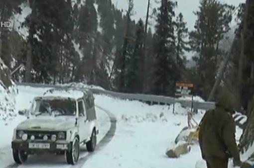 Tuyết rơi dày đặc vùng Kashmir, Ấn Độ