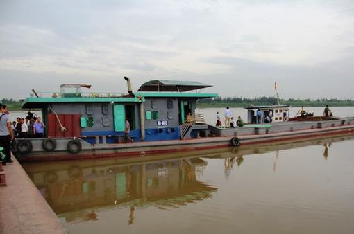 2 tàu đâm nhau trên sông Hồng, 1 thuyền trưởng mất tích
