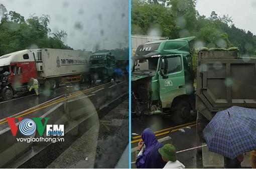Va chạm xe tải và container, cao tốc Hà Nội - Lào Cai tê liệt nhiều giờ