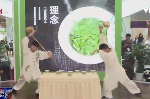Chiêm ngưỡng màn trình diễn rót trà sử dụng võ thuật