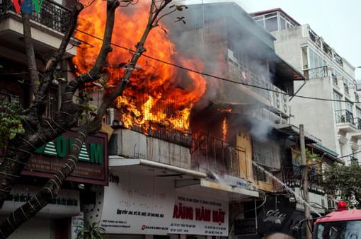 """Nhiều nhà dân ở Hà Nội tự bịt đường sống bằng """"chuồng cọp"""""""
