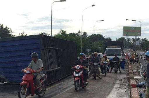 Container lật giữa cầu, giao thông ách tắc nghiêm trọng