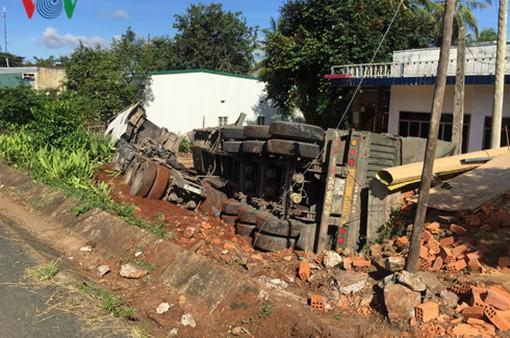 Xe container lật vào phía nhà dân, 6 người thoát chết