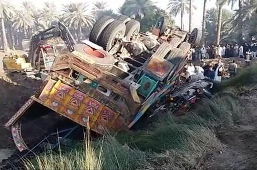 Xe tải đâm xe bus tại Pakistan, ít nhất 20 người chết