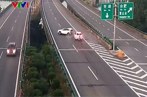 Nguy cơ gây tai nạn khi di chuyển sai luật trên đường cao tốc