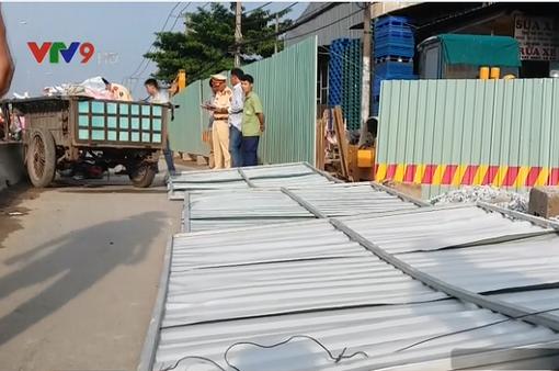 TP.HCM: Xe ben đổ vật liệu bất cẩn gây tai nạn, 2 người nguy kịch