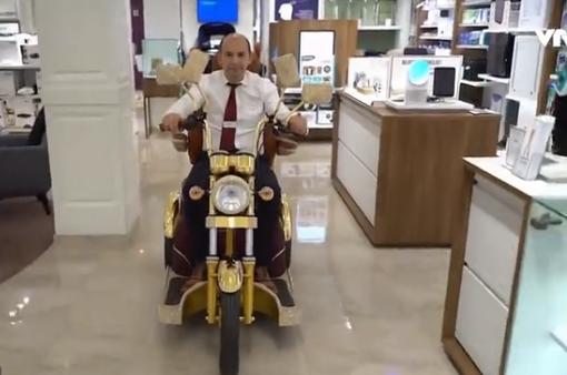 Chiếc xe scooter đắt nhất thế giới dát vàng 24 carat