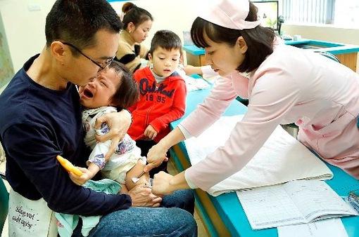 Gia tăng trẻ tiêm phòng ngừa bệnh thời điểm giao mùa