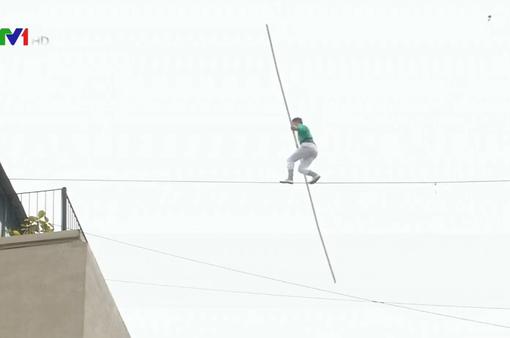 Nghẹt thở với màn đi trên dây giữa 2 tòa nhà của nghệ sĩ người Maroc
