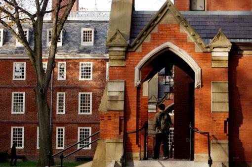 Đại học Harvard ra hầu tòa