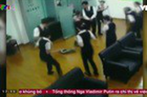 Trăn rơi từ trần nhà xuống phòng họp, nhân viên chạy tán loạn