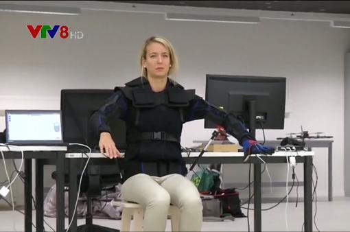 Áo khoác điều khiển thiết bị bay bằng cử động cơ thể