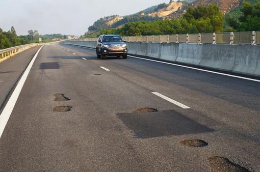 Phó Thủ tướng yêu cầu làm rõ trách nhiệm vụ hỏng mặt đường cao tốc