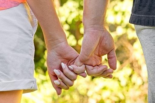 Cách nắm tay tiết lộ chính xác mối quan hệ của bạn và người ấy