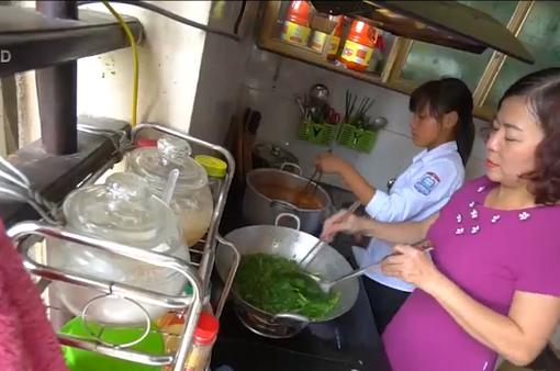 Việc tử tế: Cô giáo nấu ăn cho học sinh