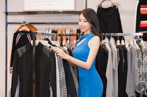 Thùy Tiên tất bật chọn trang phục trước ngày lên đường thi Miss International 2018