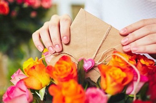Không chỉ nam giới, nhiều cô gái cũng đau đầu tìm mua quà ngày 20/10