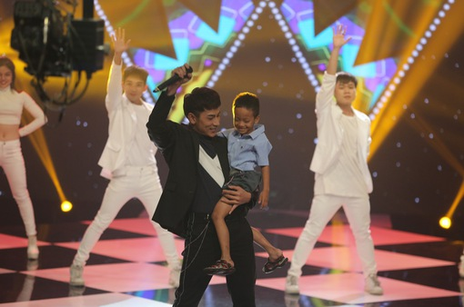 """Issac nhảy cực sung cùng """"cậu bé xếp dép"""" trong chương trình WeChoice"""