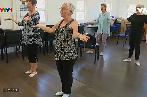 Lớp học múa ballet của các cụ bà