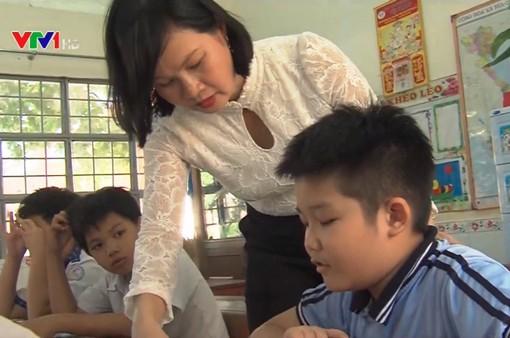 Cô giáo giúp trẻ khuyết tật hòa nhập cộng đồng
