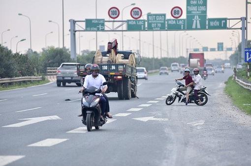 Xử lý nghiêm xe máy vào làn cao tốc trên đại lộ Thăng Long
