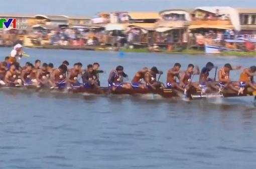 Náo nhiệt cuộc đua thuyền rắn ở Ấn Độ