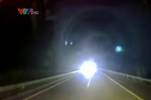 Xe tải chạy ngược chiều trên cao tốc với tốc độ kinh hoàng