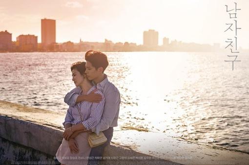 Song Hye Kyo ấm áp trong vòng tay ôm chặt của người tình trẻ