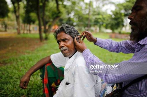 Nghề lấy ráy tai dạo ở Bangladesh có nguy cơ biến mất