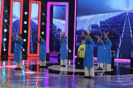 Biệt tài tí hon: 7 nữ tiếp viên hàng không nhí khiến Trấn Thành phấn khích