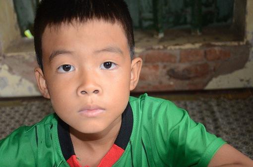 Bố bỏ rơi, mẹ đột ngột qua đời, bé 7 tuổi lay lắt sống cùng ông bà ngoại già yếu