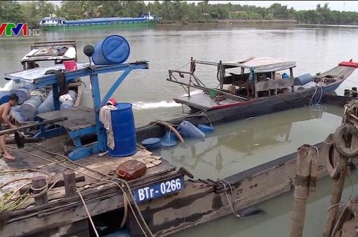 Trục vớt thành công 20 thùng chứa hóa chất  bị chìm dưới sông Đồng Nai