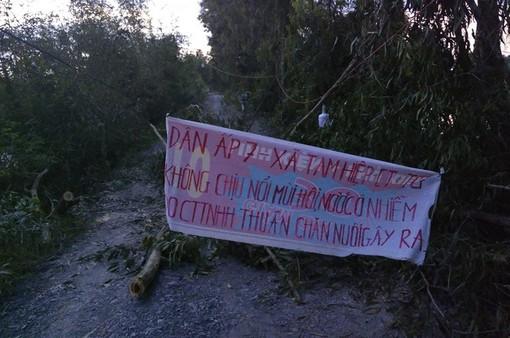 Người dân Tiền Giang căng băng rôn, dựng lều phản đối trại gà gây ô nhiễm