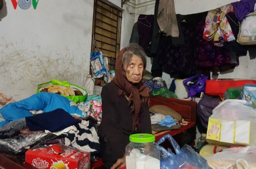Mẹ già 88 tuổi mù lòa chật vật nuôi người con điên dại ở Hà Nội