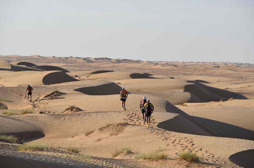 Hàng trăm vận động viên tham gia cuộc đua marathon trên sa mạc