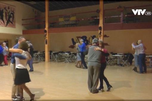 Lớp học nhảy Tango ở thành phố Madrid