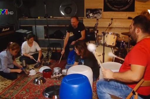 Ban nhạc với dụng cụ kỳ lạ