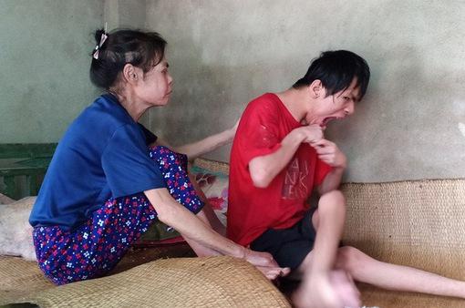 Cùng cực mẹ già mang bệnh sắp chết vẫn chăm con bại não từng ngày