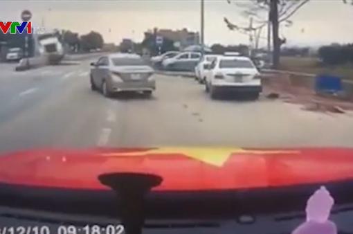 Xe container phóng nhanh, mất lái, tông nát hàng loạt ô tô