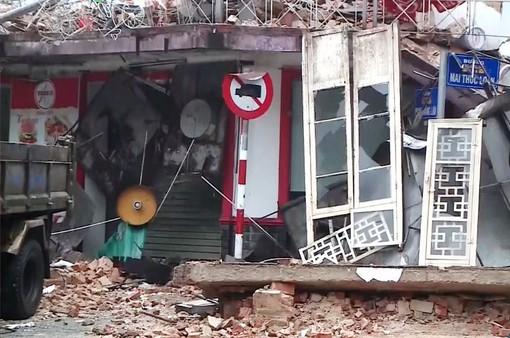 Huế: Nhà dân bất ngờ đổ sập trong đêm