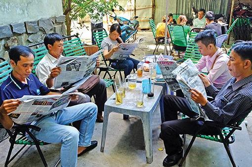 Nhịp điệu cuộc sống qua những tờ báo giấy