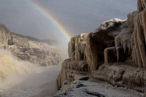 Thác nước màu vàng lớn nhất thế giới đông cứng dưới cái lạnh -17 độ C