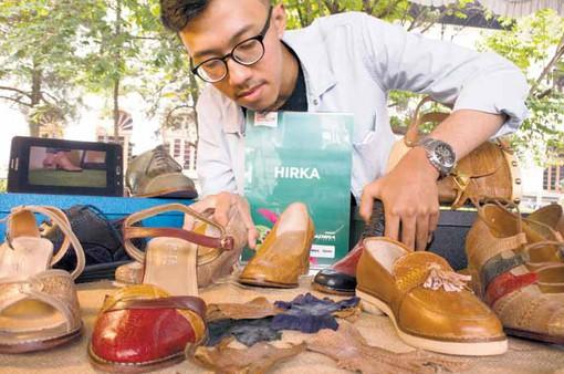 Sản xuất giày bằng chất liệu... da chân gà