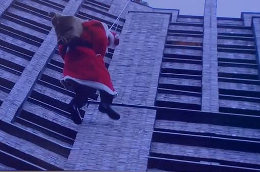 Ông già Noel trèo từ tòa tháp cao 100 mét để tặng quà
