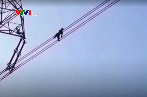 Ấn Độ: Cứu thoát người đàn ông đi trên dây điện để tự tử